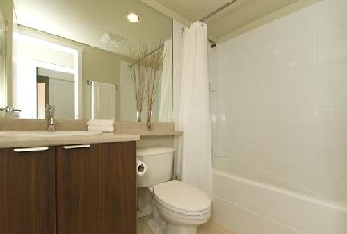 modern yaletown condo bathroom e